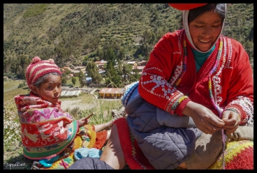 Ollayantaytambo - Mother and Daughter Weaving